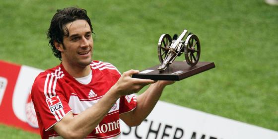 Er kam, sah und traf: Bayerns Neuzugang Luca Toni sichert sich auf Anhieb die kicker-Torj�gerkanone.