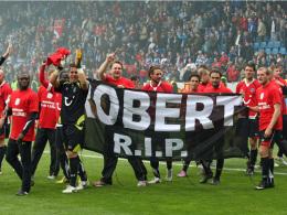 Große Trauer im eigentlichen Moment der Freude: Hannover hat den Klassenerhalt geschafft, trauert aber tränenreich um Robert Enke.