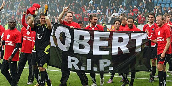 Gro�e Trauer im eigentlichen Moment der Freude: Hannover hat den Klassenerhalt geschafft, trauert aber tr�nenreich um Robert Enke.