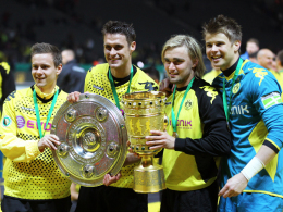 Dortmunds erstes Double: Löwe, Kapitän Kehl, Schmelzer und Langerak (v.l.) strahlen um die Wette.
