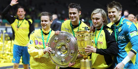 Dortmunds erstes Double: L�we, Kapit�n Kehl, Schmelzer und Langerak (v.l.) strahlen um die Wette.
