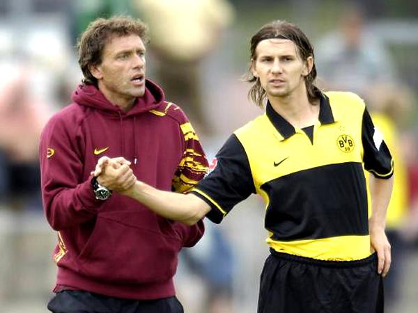 Glückwunsch: Dortmunds Trainer Thomas Doll gratuliert Ebi Smolarek. Der Pole traf am Dienstag viermal.