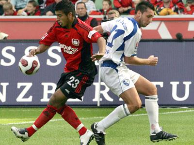 Bochums Marc Pfertzel (re.) gegen Leverkusens Vidal