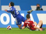 Berlins von Bergen fällt Schalkes Jones - Elfmeter.