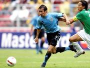 Uruguays Nationalspieler Vicente Sanchez (li.), hier gegen Pena aus Bolivien, wechselt zu Schalke.