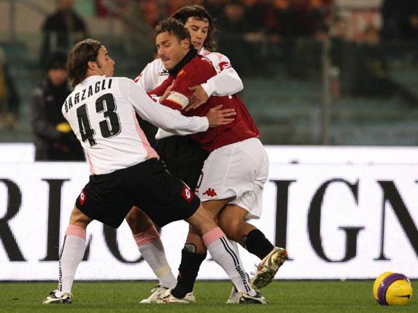 Palermos Defensiv-Duo Barzagli und Zaccardo gegen Romas Totti