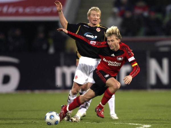 Bayer ist ins Straucheln geraten: Rolfes verliert den Stand gegen Cottbus' Kukielka.