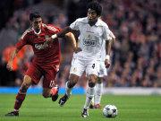 Soll der Borussia im Abstiegskampf helfen: Der Brasilianer Dante. Links Liverpools Arbeloa.