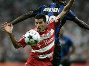 Lucio im Duell mit Inters Sulley Ali Muntari (re.), beim Saisoneröffnungsspiel am 5.8.08 in München (0:1).