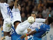 Schalkes Kevin Kuranyi im Duell mit Hoffenheims Isaak Vorsah (re.).