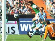 Fußball, Bundesliga: Pizarro trifft gegen Gladbach doppelt.