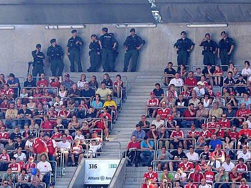 Polizeieinsatz in der Bundesliga: Die Länder befürchten, am 1. Mai nicht genügend Personal zu haben.
