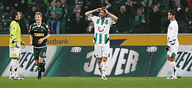 Christian Schulz (M.) kann es nicht fassen: Soeben hat Karim Haggui (re.) den Ball ins eigene Tor befördert.