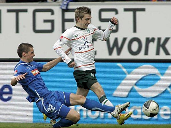 Jukka Raitala (l., gegen Marko Marin) bei seinem bisher einzigen Bundesligaspiel gegen Werder Bremen.