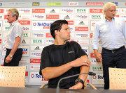 Fußball, Bundesliga: Michael Ballack (vorne), flankiert von Sportdirektor Rudi Völler und Bayer-Trainer Jupp Heynckes.