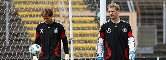 Manuel Neuer (re.) hat René Adler den Rang abgelaufen.
