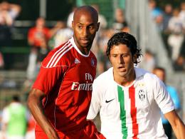 Degradiert: Mickael Tavares, links gegen Juves Fabio Grosso, muss zur zweiten Mannschaft des HSV.