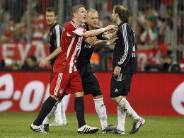 Club-Kapitän Andi Wolf will schlichten: Bastian Schweinsteiger bedrängt Javier Pinola.