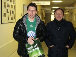 Medizinckeck bestanden: Patrick Helmes und VfL-Chefscout Rudi Wojtowicz in der Wolfsburger Klinik.