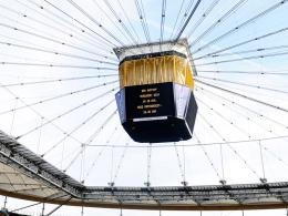 Der Videowürfel in der Frankfurter WM-Arena zeigt die Verzögerung des Anpfiffs an.
