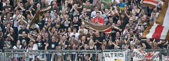 St. Pauli hatte Erfolg mit dem Protest gegen das Geisterspiel - die Ränge bleiben voll.