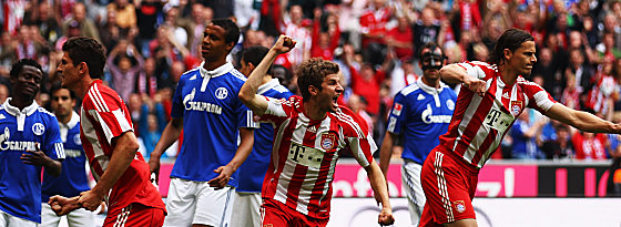 Tor für Bayern! Thomas Müller dreht jubelnd ab (li. Gomez, re. van Buyten)