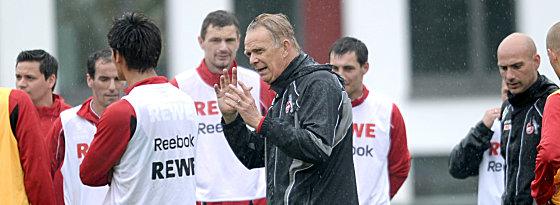 Im strömenden Regen: Volker Finke leitete am Mittwoch sein erstes Training beim 1. FC Köln