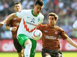 Sandro Wagner (Werder Bremen, li.), hier gegen St. Paulis Fin Bartels