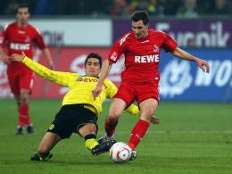 Bleibt der Bundesliga erhalten: Kölns Mittelfeldspieler Mato Jajalo, rechts im Duell mit Dortmunds Sahin.
