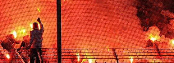 Bengalische Feuer in den Fankurven.