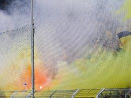 BVB-Fans unter einer Rauchglocke