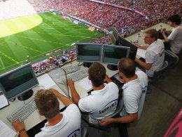Mitarbeiter von Impire, seit dieser Saison Lieferant umfangreicher Daten der beiden Profiligen, bei der Arbeit im Stadion.