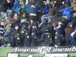 Auseinandersetzungen zwischen Polizei und 96-Fans in der Nordkurve beim Spiel gegen den FC Bayern am Sonntag