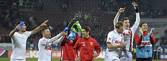 Party Teil I: Der FC Augsburg feiert seinen ersten Bundesliga-Heimsieg der Vereinshistorie.