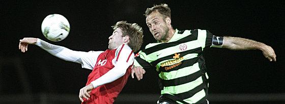 Offenbachs Stefan Vogler (l.) gegen den Mainzer Nikolce Noveski