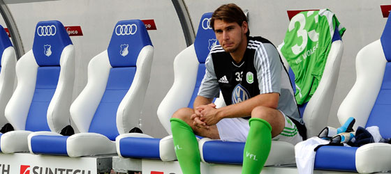 Alleine in Wolfsburg - und das auch noch auf der harten Bank: Patrick Helmes.
