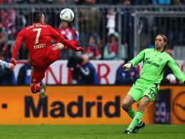 Ribery lupft den Ball über Hildebrand und macht das 1:0 für die Bayern.
