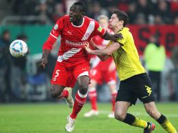Bald Teamkollegen bei der Borussia? Düsseldorfs Assani Lukimya (li.) und Dortmunds Robert Lewandowski.