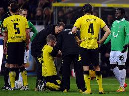 Schrecksekunde in Dortmund: Sven Bender kniet am Boden, Diouf (re.) entschuldigt sich.