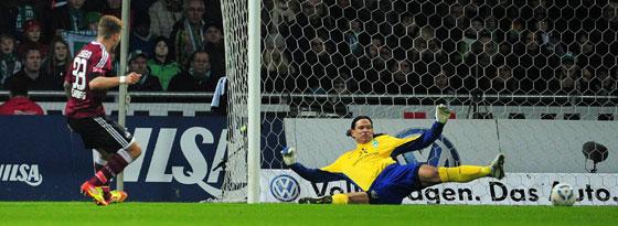 Alexander Esswein überwindet Tim Wiese zum 1:0-Siegtreffer in Bremen