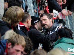 Gesprächsbedarf nach dem Mainz-Debakel: Marco Kurz diskutiert mit FCK-Fans.