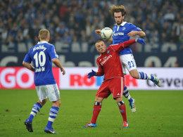 Gökhan Töre (Mitte, gegen die Schalker Holtby und Fuchs)