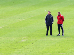 Thorsten Fink (r.) und Frank Arnesen beim Hamburger Training am Dienstag