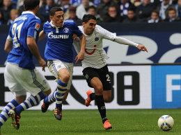 Schalkes Papadopoulos gegen Abdellaoue (re.)
