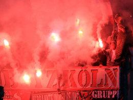 Anhänger des 1. FC Köln zünden Bengalische Feuer beim Auswärtsspiel in Nürnberg