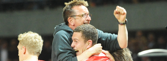Mittendrin: Düsseldorfs Trainer Norbert Meier feiert mit Torschütze Bröker (Mitte).