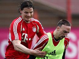 Daniel van Buyten gegen Franck Ribery (v.l.)