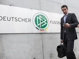 Auf dem Weg in die DFB-Zentrale: Hertha-Manager Michael Preetz.