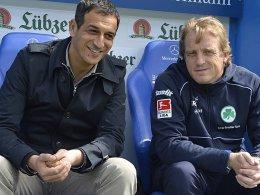 Sind kein Team mehr: Fürths Manager Rachid Azzouzi (li.) geht zum FC St. Pauli, rechts Trainer Mike Büskens.
