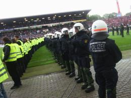Massives Ordner- und Polizeiaufgebot im Karlsruher Wildparkstadion.